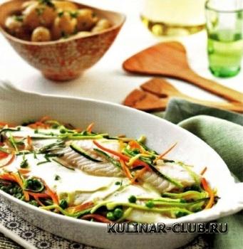 Окунь с овощами под соусом