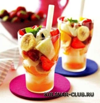 Летний салат из фруктов и ягод