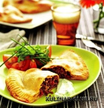 Пироги с мясом, томатами и перцем