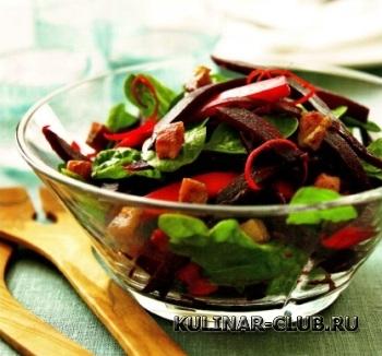 Теплый салат из свеклы с беконом