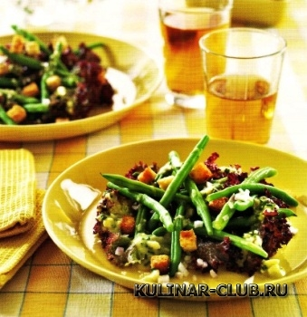 Салат из фасоли с чесночными сухариками