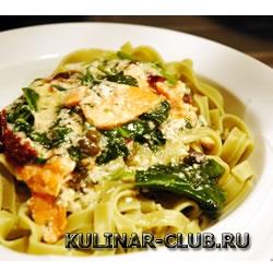 Феттучини с лососем и шпинатом